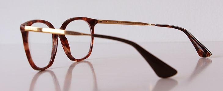 b82f78d6c Uma coisa interessante é que a cor do padrão tartaruga varia entre um modelo  e outro: nos óculos da Prada há nuances semelhantes de marrom; já nos óculos  da ...