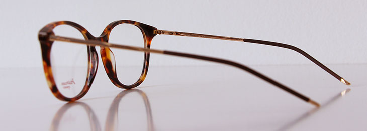 691a6ce3c Uma coisa interessante é que a cor do padrão tartaruga varia entre um modelo  e outro: nos óculos da Prada há nuances semelhantes de marrom; já nos óculos  da ...